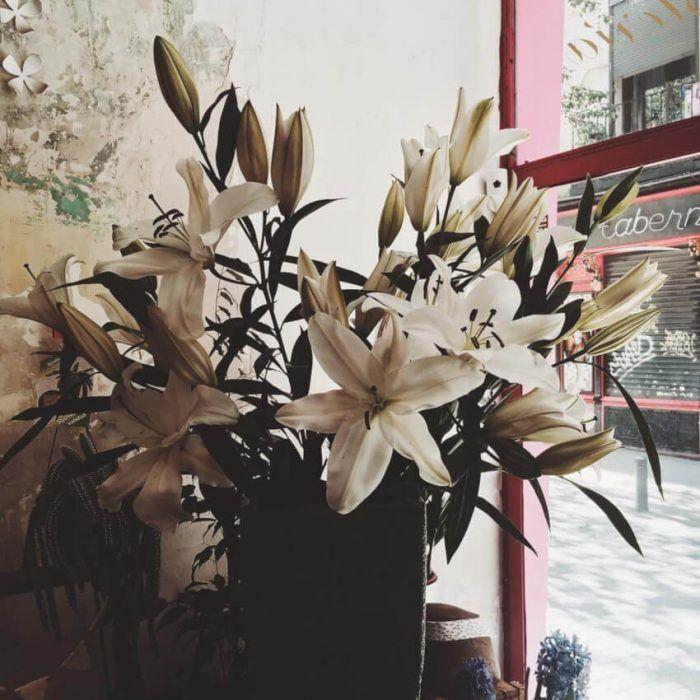 Regala un bonito ramo de lilium blanco