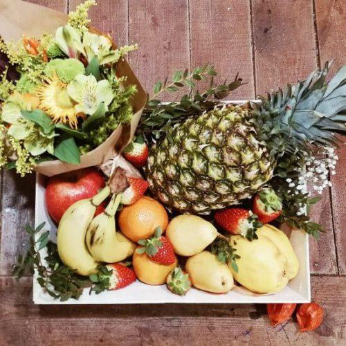 regala una cesta con ramo de flores y frutas frescas