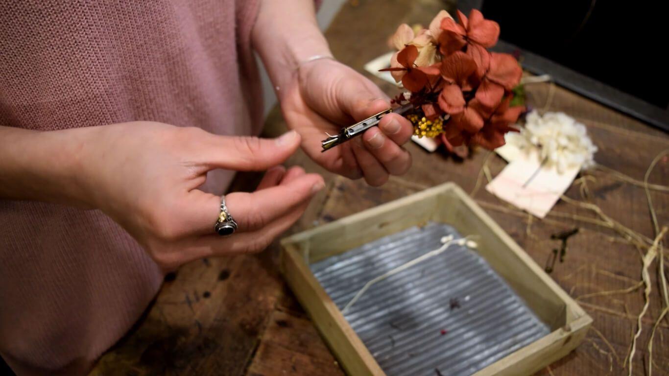 Añadir el broche a nuestro bouquet de flores