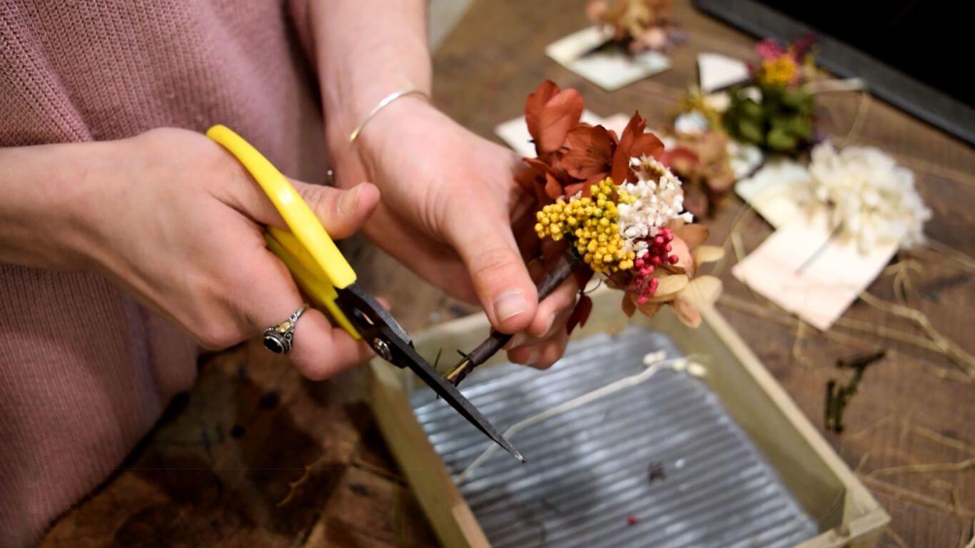 Utilizar tijeras de podar para igualar la base y cortar los tallos sobrantes