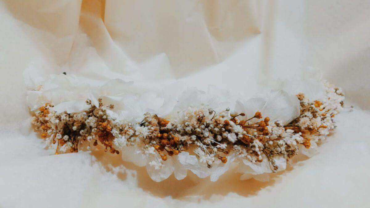 como hacer coronas con flores preservadas