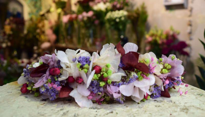Prepara tu propia corona de flores preservadas de forma facil