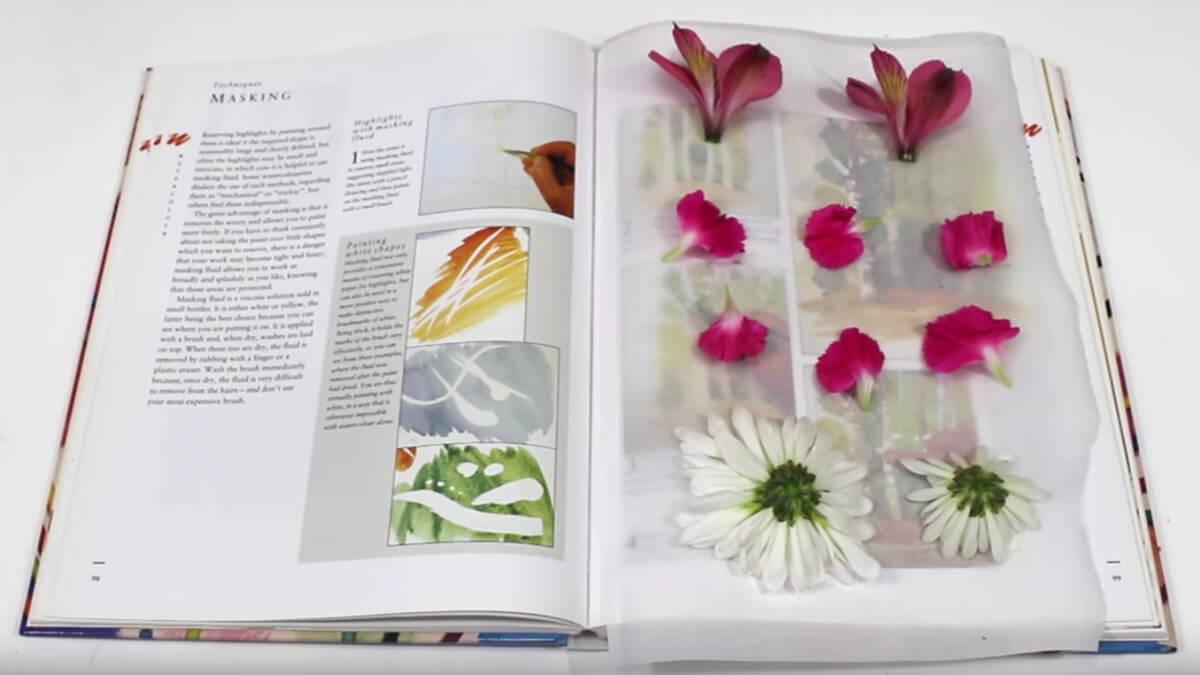 Consigue flores prensadas con un libro