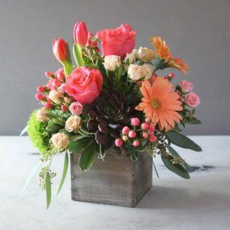 caja de madera con flores de temporada