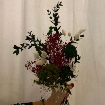 ramillete rojo de flores preservadas