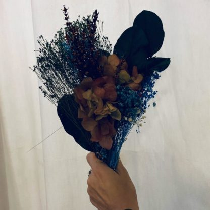 ramillete azul de flores preservadas