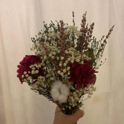 ramillete pequeño con flores preservadas variadas