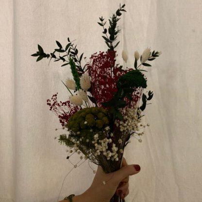 ramo pequeño de color rojo de flores preservadas