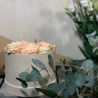 cajita de regalo con rosas eternas