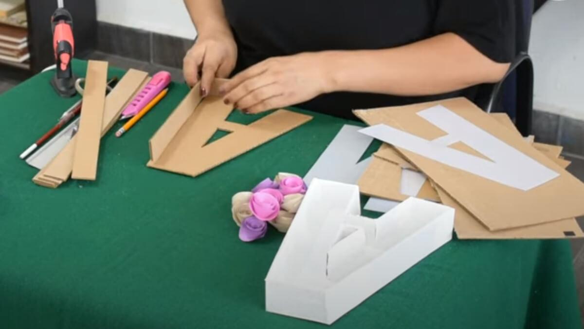 cómo hacer letras de cartón para su posterior decoración con flores naturales o preservadas