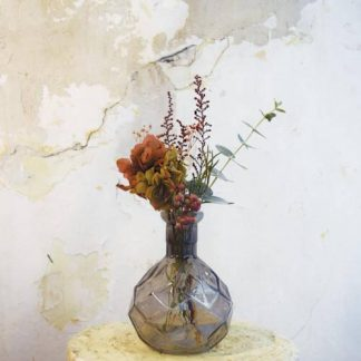 Flor preservada con jarrón de cristal
