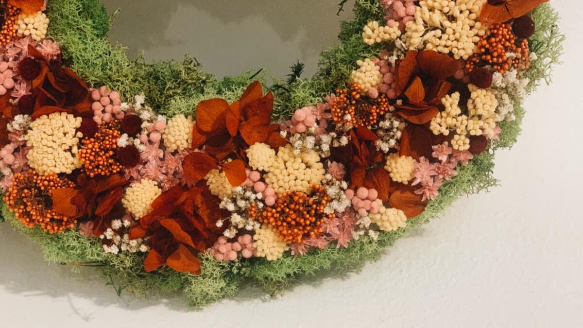 Elabora tus propias letras decorativas con flores frescas o preservadas DIY